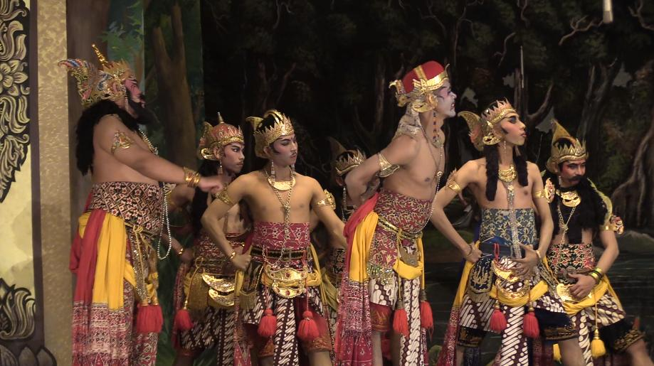 Wayang orang actors chatting each other up before a big brawl.