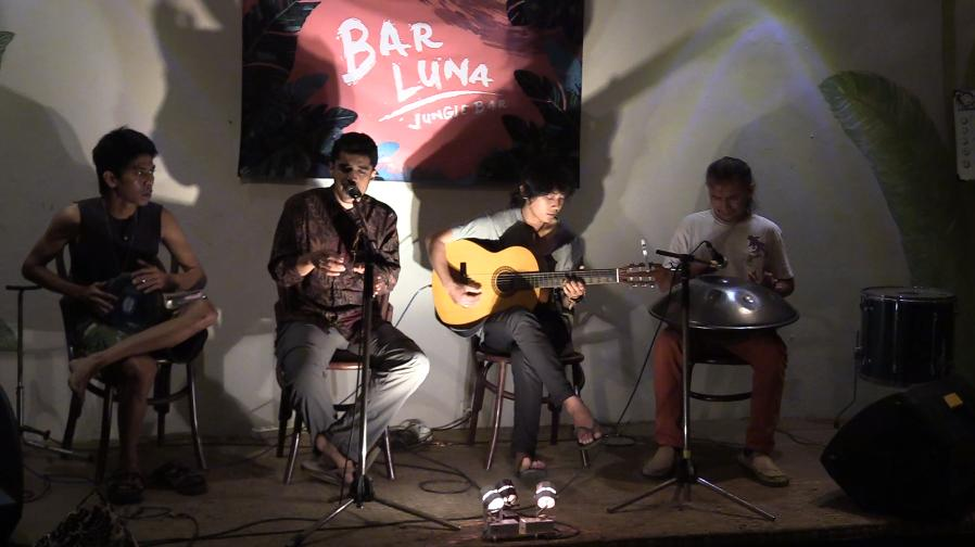 Me singing at the Bar Luna open mic night with some members of Bengras.